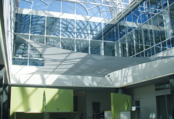 Schallschutz Sonnensegel in einer Eingangshalle